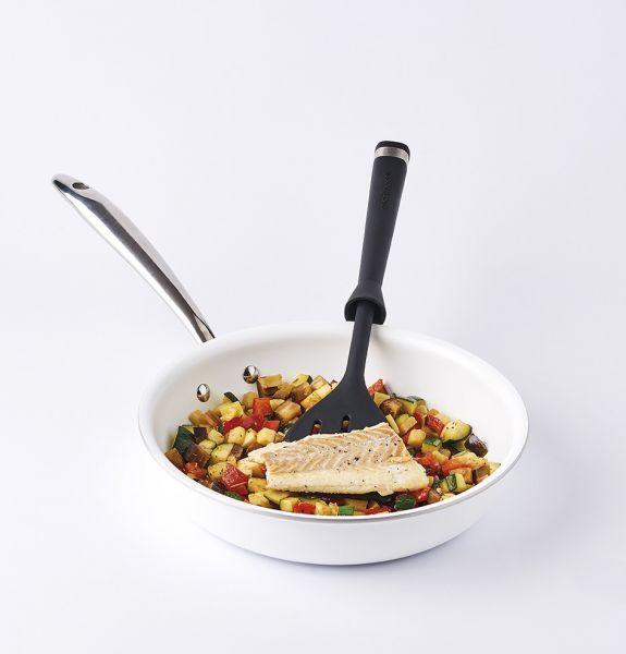 <br>Подаче блюд прямо со сковородки на тарелку.<br>Её эксклюзивный дизайн позволяет ей стоять, пока Вы готовите, благодаря данной особенности рабочая поверхность будет оставаться чистой.<br>Благодаря её прорезям Вы сможете легко накладывать мясо, овощи ил
