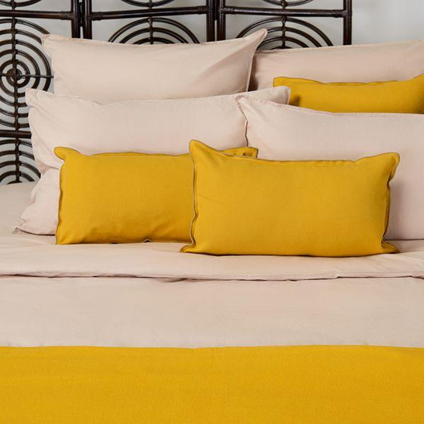 Чехол на подушку из фактурного хлопка горчичного цвета с контрастным кантом из коллекции essential